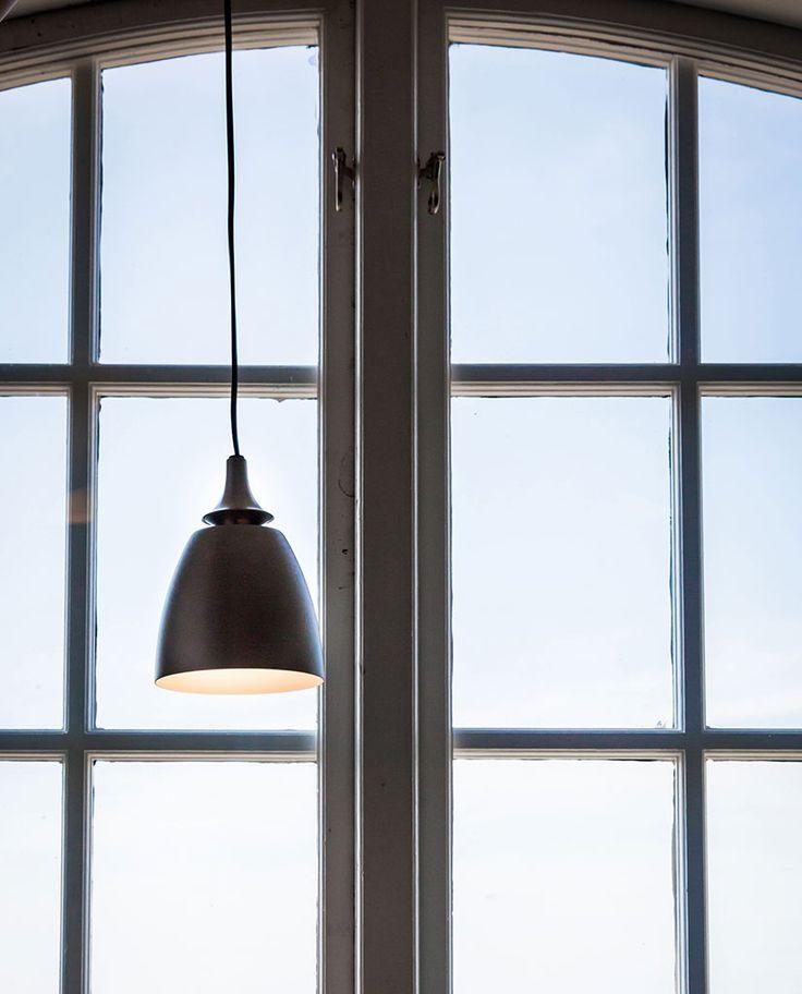 Anemon er en stilfull LED vinduspendel fra Belid. Lampen gir et innbydende, blendefritt lys og hele lampen oser av kvalitet med sine materialer i ypperste klasse.