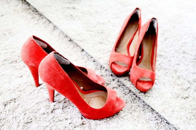#rood #rode #pumps #bruidsschoenen #trouwschoenen #kleur #bruiloft #trouwen #bruiloft #inspiratie #wedding #red #bridal #shoes #heels #colour #inspiration | Gekleurde trouwschoenen | ThePerfectWedding.nl | Photography: Fotobureau D'Views