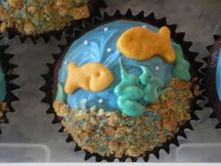 Green Peas Creations: Goldfish in a Swirling Ocean Cupcake