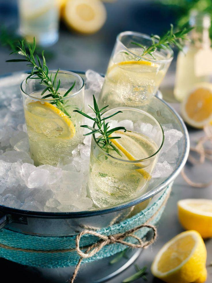 Ein toller Cocktail mit Zitronen-Rosmarin-Sirup - genau das Richtige im Sommer!