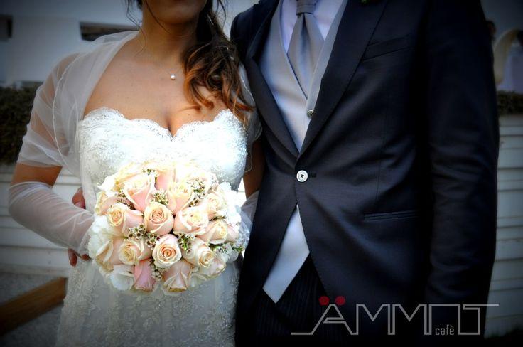 Per un matrimonio in spiaggia dai contorni romantici ecco un bouquet delicato e raffinato realizzato con piccole rose di colore bianco e rosa cipria.