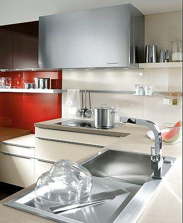 Cocina en L con fregadero de diseño y campana extractora forrada de cristal de color marrón sepia