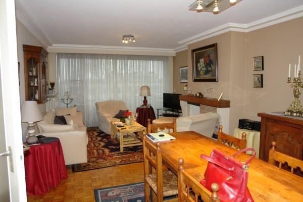 Te Koop: Zonnig appartement op de 5de verdieping in de Residentie Groenhove bevat een inkom, living, keuken, 2 slaapkamers, bergruimte, toilet, badkamer, terras voor- en achteraan. KELDER en mogelijkheid tot aankoop GARAGE KI 929 (Vg, Wg, Gdv, Gvkr, Vv).  Meer info: http://www.notare.be/gistelstw140.html