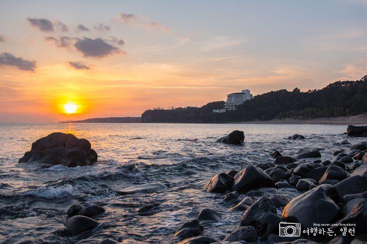 시린 파도가 밀려오는 제주 중문색달해변의 저녁  (사진_2015트래블로거 앨런)