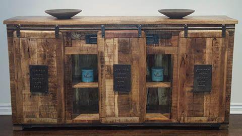Buffet en bois de manguier «Farmhouse» avec 3 portes à glissière Ce buffet bas rustique en bois clair imprime un style campagne dans une déco avec des détails très originaux comme l'ouverture de portes coulissantes sur rail métallique, des plaques métallisées fixées sur les portes et des poignées en fer forgé. Grâce à sa petite largeur, ce meuble d'un façonnage indus se glissera facilement contre un mur dans un salon ou dans une entrée pour un rangement optimisé.