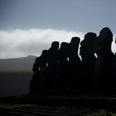Do jakiego kraju należy Wyspa Wielkanocna? do Chile! Wyspa Wielkanocna stanowi terytorium Chile od roku 1888. Administracyjnie należy do rejonu Valparaiso. Najbliższy wyspie punkt na kontynencie południowoamerykańskim znajduje się w odległości 3512 km, w centralnym Chile.