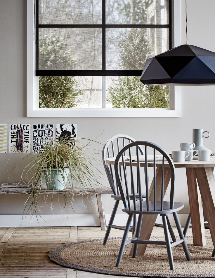 Dining room with transparent black blinds. The room is made cozy by the posters on the wall, the plant and the carpet.  Photographer Dennis Brandsma, Alexander van Berge   Styling Fietje Bruijn   vtwonen catalog autumn 2015   #vtwonencollectie