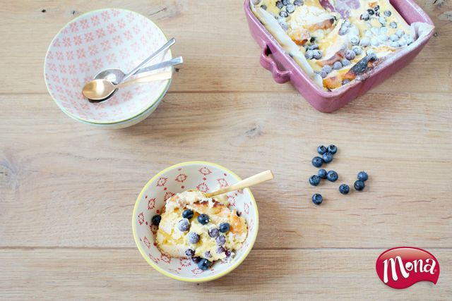 Brood alleen op de ontbijttafel? Je kunt er ook een heerlijk toetje van maken! Broodpudding met lemoncurd en bosbessen!