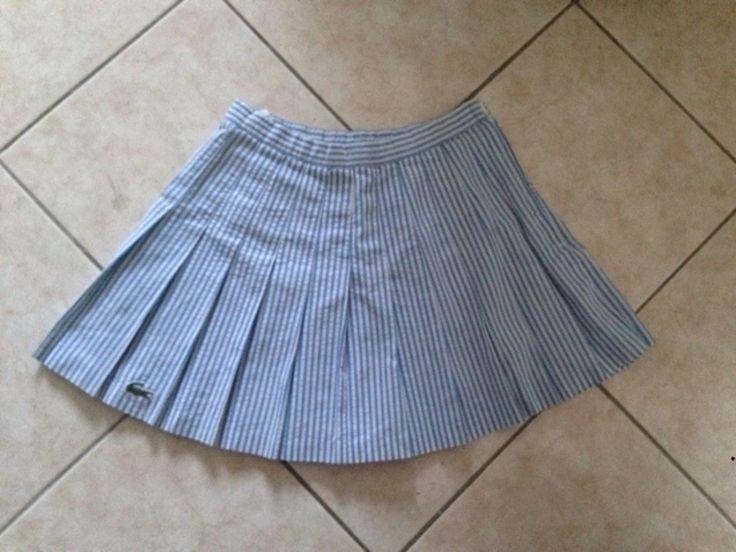 Mini jupe plissée vintage Lacoste style jupe tennis. Rayée bleu et blanc. Fermeture zip côté.