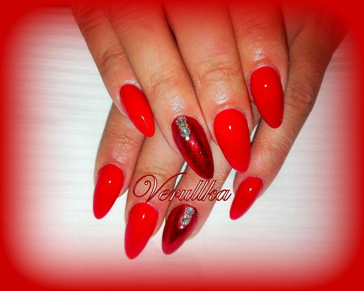 Red gel nails with glittery mirror