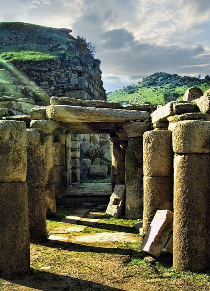 Alabanda antik kenti/Çine/Aydın/// MÖ 4. yüzyılda Helenleşmeden önce bir Karya kenti idi. Kentin adı muhtemelen Karya dilinden gelir. Kar dili çözülmemiş olduğu için, sözcük anlamının ne olduğu bilinmemektedir.