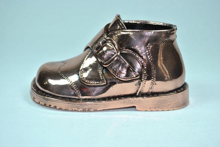 Metalizado acabado en bronce con 25 años de garantía.  Irulea Moda infantl y lencería femenina #irulea #donostia #sansebastian #bayfashion #modainfantil #lenceria #princesscharlotte #newroyalbaby #ropaniños #princesacarlota #zapatos #shoes