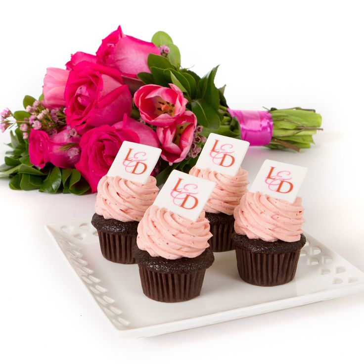 Edible monogrammed toppers for your perfect wedding cupcakes!