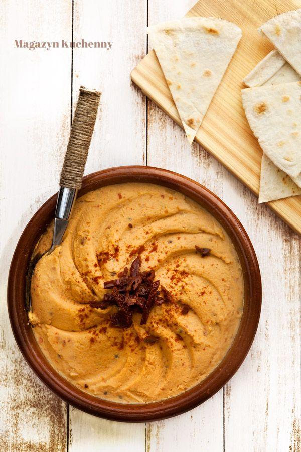 Pasta z ciecierzycy i suszonych pomidorów. Przepis na pastę do chleba lub dip z gotowanej ciecierzycy, zmiksownej z jajkami i suszonymi pomidorami.