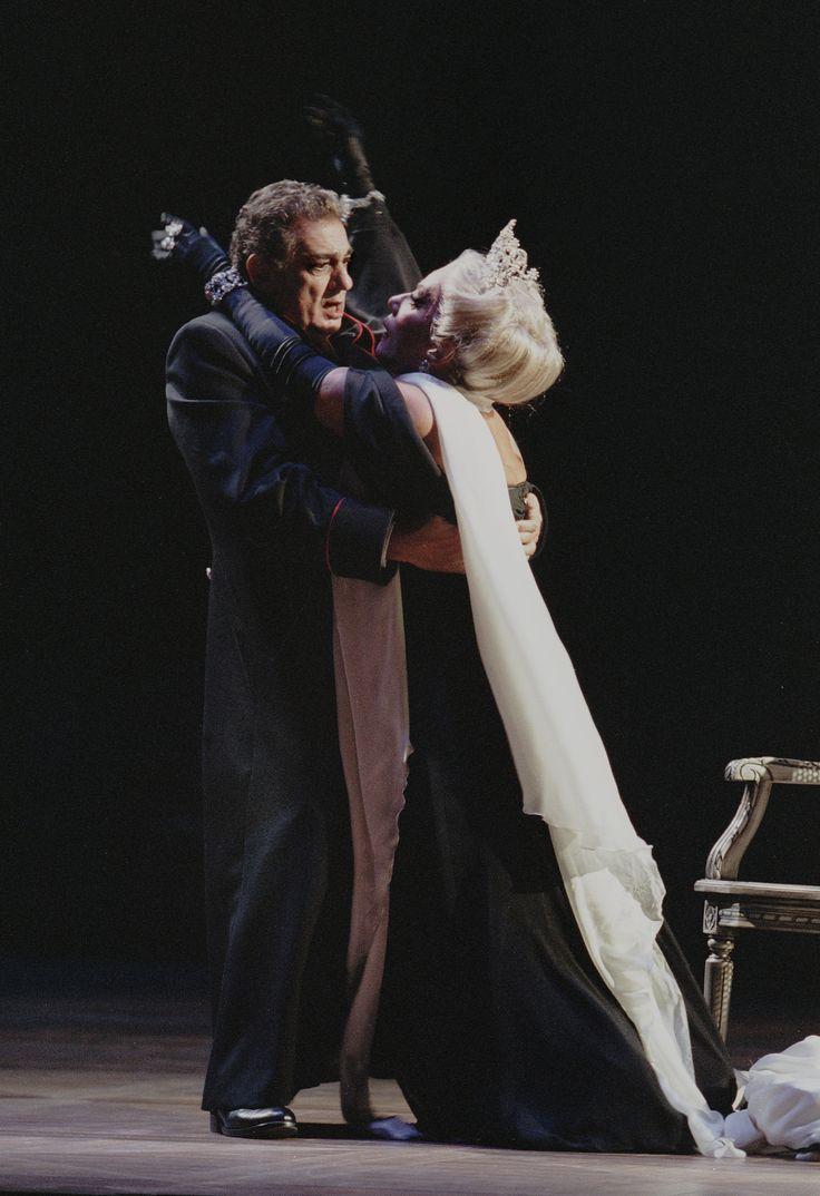 Plácido Domingo and Elena Obraztsova ueen of Spades (2001) Photo Credit: Ken Howard