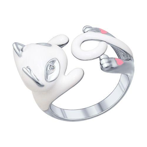Маленький белый котёнок с розовыми пяточками – милое создание, перед которым невозможно устоять. Благодаря мастерству ювелиров, серебряное кольцо с белой эмалью и фианитами несёт в себе такой же заряд позитива, как настоящий пушистый комочек. Обнимающее пальчик кольцо создаст настроение, даже когда вам будет грустно.