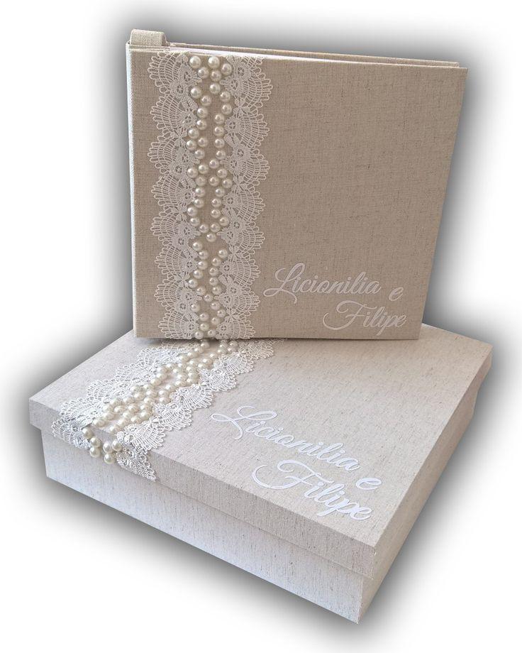 Livro de mensagens para casamento. Livro de pino, confeccionado com capa dura, revestido com tecido na cor crua. A caixa é de madeira, também revestida com tecido na cor crua. Ambos possuem de renda e meia pérolas na cor champagne. O livro possui 40 folhas de papel de 180 gramas de espessur...