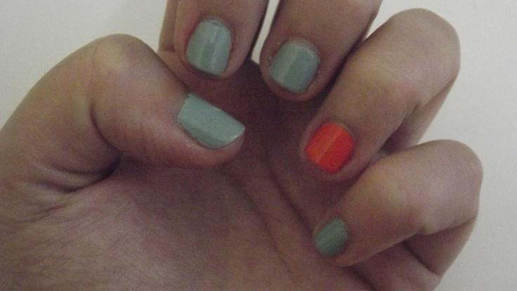 Adoro usar um verniz de outra cor na unha do dedo anelar, fica elegante e diferente!