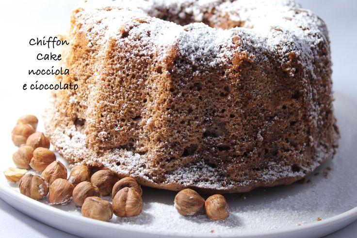 Chiffon Cake cioccolato e nocciole Davvero sofficissima e delicata. Una bella torta che, una volta che avrete imparato a fare ripeterete più e più volte. Seguiamo passo passo le istruzioni e in un'ora è pronta!