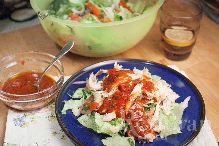 Очень интересная вариация овощного салата с мясом птицы. Вся изюмина в заправке, которая делается на основе соуса сацебели. Еще он очень ароматный за счет мяты и базилика. Интересный и нескучный вкус. Ваши домочадцы оценят. Отлично, как легкий ужин или в качестве сытной закуски. Кстати! Отлично подходит к дачному пикнику, если у вас куриный шашлык.