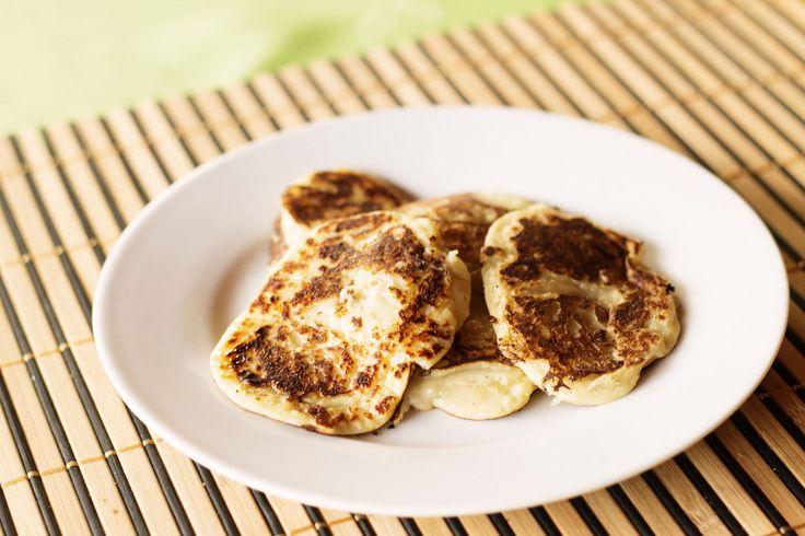 Najpierw rozpuścić iostudzić masło. Można wgarnku lub wstawić nachwilkę domikrofali. Wsypać mąkę iproszek dopieczenia, dodać dwa wybite jajka iszklankę mleka. Miksować całośćdodając resztę mleka. Wsypać cukier idalej miksować. Dodać ostudzone masło idokończyć miksowanie, aby ciasto było jednolite. Umyć owoce pokroić nakosteczkę bardzo drobną lub zmielić wblenderze idodać dociasta. Smażyć narozgrzanej mocno patelni teflonowej bez dodatku … Czytaj dalej Placuszki zmelonem…