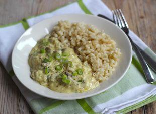 Met pasta kun je alle kanten op. Sofie heeft vandaag een recept voor pasta met champignonsaus voor jullie. Lekker, simpel en snel te bereiden, ideaal voor na het werk. Dit recept is ook geschikt voor vegetariërs! Dit heb je nodig:…