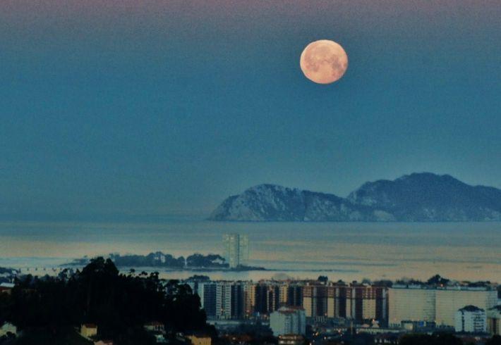 Vigo con luna llena (Pontevedra), Fotos de Vigo, Pueblos de Galicia - farodevigo.es