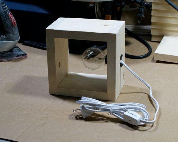 Cette lampe de boîte en bois artisanal moderne simple peut être un applique murale ou une lampe de table accent dessus. Dans une boîte en bois carrée est quune lumière de nuit de style candélabre taille douille tenant une ampoule soit claire ou blanche ajoutant un style moderniste très minimaliste à votre mur, table ou une étagère.  Plus déclairage et lampes modernes peuvent être trouvés ici…