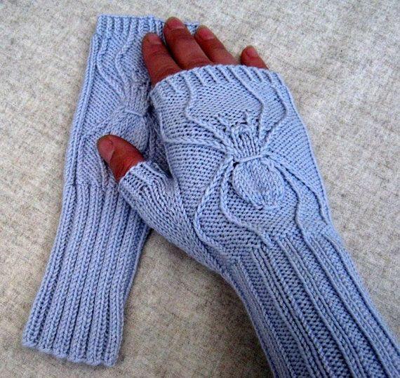 """Fingerlose Handschuhe """"Spinne"""" hellgrau handgestrickt, Merino-Schurwolle mit Jojoba und Aloe Vera, Armstulpen, Handstulpen, Relief"""