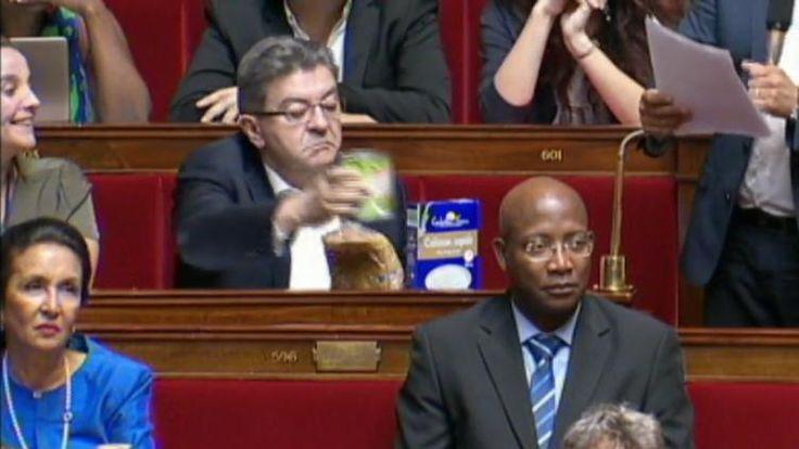 Jean-Luc Mélenchon,président du groupe de La France insoumise à l'Assemblée nationale, a apporté quelques courses pendant les questions au gouvernement pour protester contre la baisse de cinq euros des allocations logement.