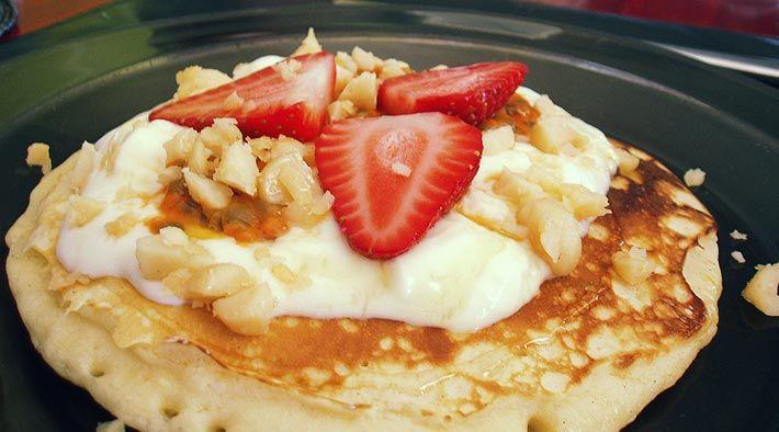 Low Carb Rezept für Süße Eierpfannkuchen mit Joghurt und Erdbeeren. Wenig Kohlenhydrate und einfach zum Nachkochen. Super für Diät/zum Abnehmen.