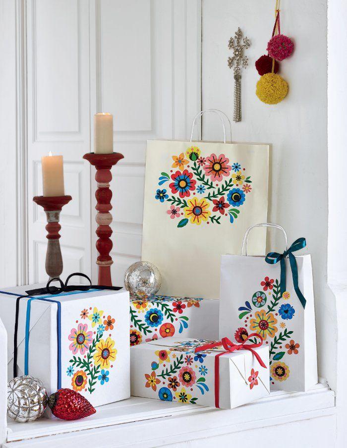 Cadeaux de Noël : des paquets cadeaux DIY décorés avec des gommettes - Colorful Christmas wrapping - Marie Claire Idées