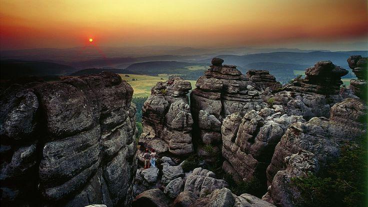 Góry Stołowe z geologicznego punktu widzenia to unikatowy w Europie przykład gór płytowych. Góry Stołowe są warte również odwiedzenia z innych powodów m.in. licznych atrakcji aktywnego spędzania czasu, malowniczej przyrody czy wielu jeszcze nie odkrytych przez masy turystów pięknych zakątków Ziemi Kłodzkiej. Więcej o górach stołowych napisane zostało na http://diananoclegi.pl/gory-stolowe-noclegi