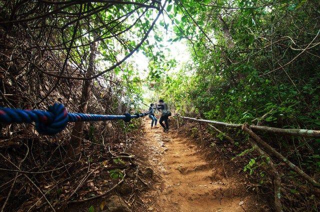 Pada jalur ini memang sedikit terjal dan diberikan tali sebagai pegangan jika kamu ingin mendaki atau menuruninya. (Benedictus Oktaviantoro/Maioloo.com)