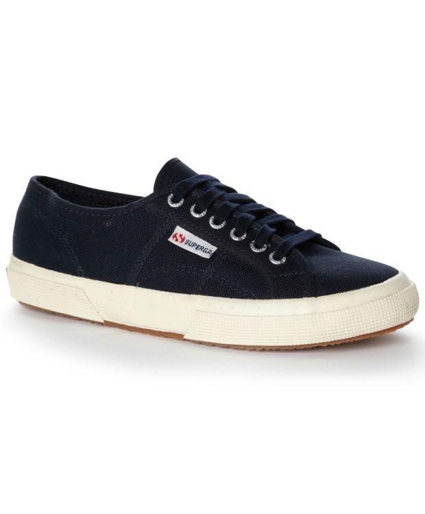 Superga Cotu Classic Sneakers i tekstil fra SUPERGA. Avrundet tupp og grov såle. Snøring foran og logo i siden. Med COTU CLASSIC setter du prikken over i-en om du ønsker en sporty, avslappet og gjennomført stil.