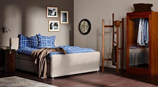 Schlafzimmer Set Design BUTLERS by Rasa en Détail #bett #dielenboden #wandfarbe #bettwäsche #kleiderständer #kleiderschrank #beigewandfarbe ©Butlers GmbH