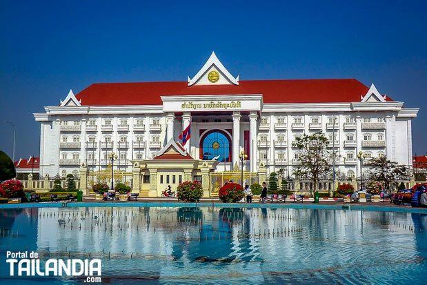 Bienvenidos a Vientián la preciosa y humilde capital de Laos. Un encantador lugar del sudeste asiático que parece haberse quedado anclado en el pasado. #vientian #laos #ciudad #vacaciones #viajar http://ift.tt/2qhiv4H
