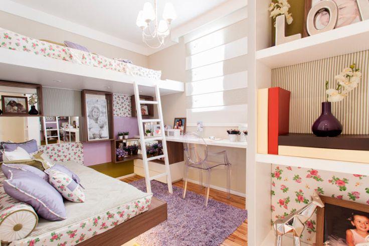 Projetado para uma menina de 12 anos (a cama extra, ela usa quando alguma colega vai dormir em sua casa), este quarto combina tons de lilás, com fendi e branco. O floral delicado e feminino é modernizado com o uso do tecido liso e listrado em detalhes do ambiente. Projeto dos arquitetos Marcelo Sesso e Débora Dalanezi.