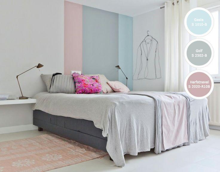Een harmonieus kleurenpalet met een fel accent in accessoires, hier slaapt iedereen lekker!