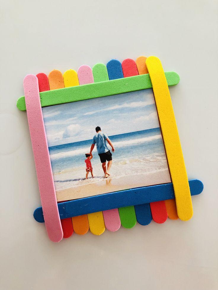 Marco de fotos con goma Eva Kids Crafts, Summer Crafts For Kids, Diy Home Crafts, Preschool Crafts, Diy For Kids, Popsicle Stick Picture Frame, Picture Frame Crafts, Diy Popsicle Stick Crafts, Popsicle Crafts