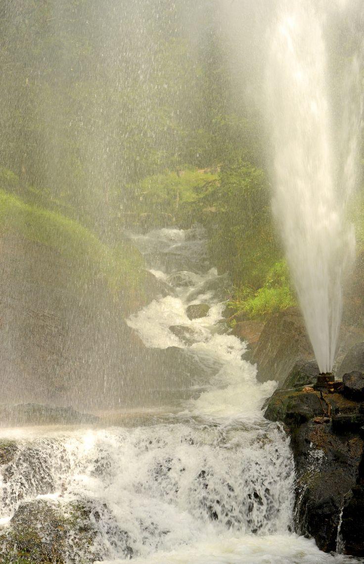 www.auxsourcesducanaldumidi.com Cascade et gerbe d'eau dans le parc de Saint-Ferréol #auxsourcesducanaldumidi #cascade #lac #saintferreol #revel #soreze #tarn #hautegaronne #aude © Patrice Thébault