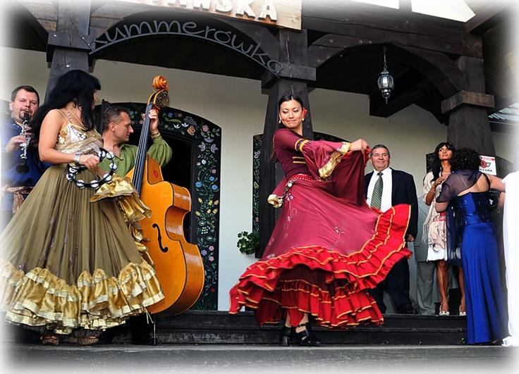Do karczmy zaprosić was może cygańska kapela i zapewniam już od progu udzielą się wam jej szalone rytmy, nogi same poniosą do tańca.   http://vifo.com.pl/fotografia-slubna-bydgoszcz/zdjecia-slubne/