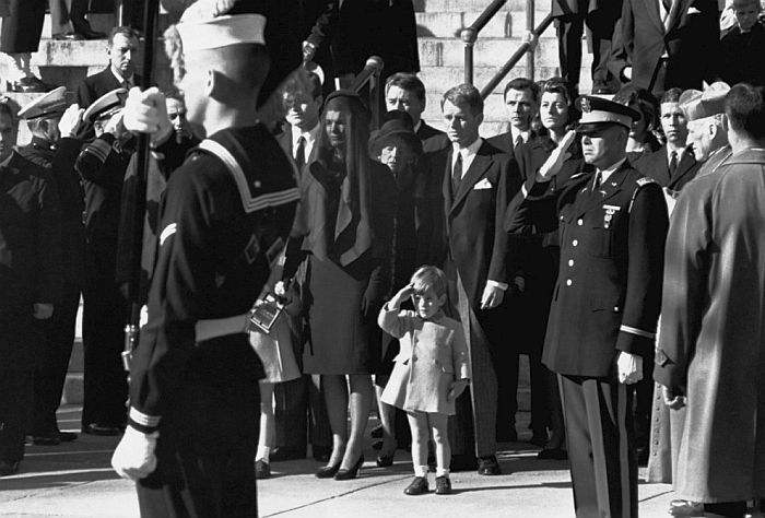 Джон Кеннеди-младший отдает честь гробу своего отца, 25 ноября 1963 года