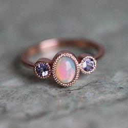 豪華なハンドメイドのサファイア&ダイヤモンドリング。とてもフェミニンで、エレガントなリングです。華奢でさりげないデザインが女性に人気ですので、自分用だけではなく、大切な方への心を込めた誕生日、記念日、母の日、出産祝い、結婚祝いなどのプレゼントジュエリーとしてぴったりです。なお、ユニークなエンゲージリング(婚約指輪)にすること間違いなし!こちらのクラウンリングと素晴らしいペアリングになります。https://www.creema.jp/exhibits/show/id/3773238【商品の詳細】<天然石>♡ティールブルーサファイア・オーバル形・1.10カラット・明度VS、トリートメントなし♡ホワイトダイヤモンド・0.15全カラット・明度VS、色度G、コンフリクトフリー<材質>・K18ソリッドゴールド・バンドの幅 1.7mm写真のリングは、ピンクゴールドですが、イエロー、ホワイトゴールド(330000円)でも作成できますので、ご希望の方は、お手数ですが、購入前にご連絡ください。専用リスト(予約販売)を作成させていただきます...