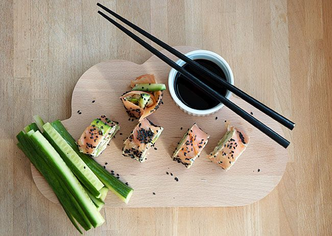 Man kan blive helt afhængig af disse skønne lakseruller serveret ala sushi, men uden rå fisk og ris - perfekt til frokost eller forret