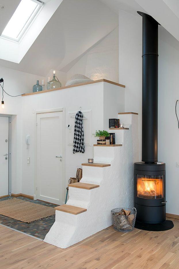 Chimenea de leña, típica de Escandinavia • Typical wood stove, in bright Scandinavian attic, via Alvhem