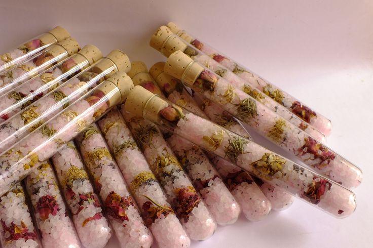Estos son los tubos con aceite esencial de rosas. Lleva pétalos de rosas deshidratados que infusionarán en el agua de baño, junto con las semillas de amapola, flores de camomila, pétalos de caléndula, hojas de romero y como no...dos rositas de Alejandría.