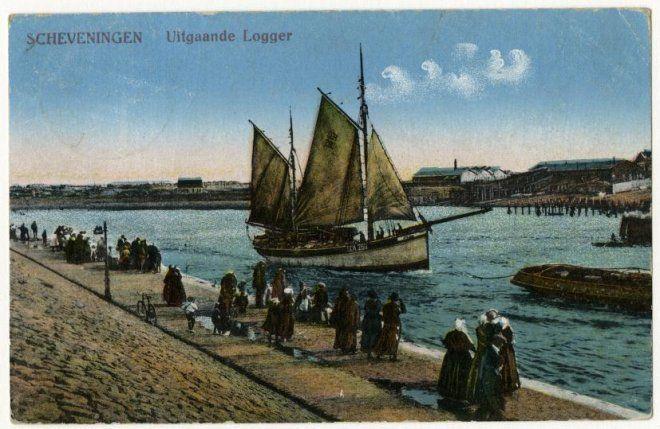 Scheveningse vrouwen in dracht zwaaien de bemanning van een uitvarende zeillogger uit; op de achtergrond de oude sleephelling in de zwaaikom. ca 1920 F. Alter, Scheveningen, nr. Sev. 269;90232 #ZuidHolland #Scheveningen