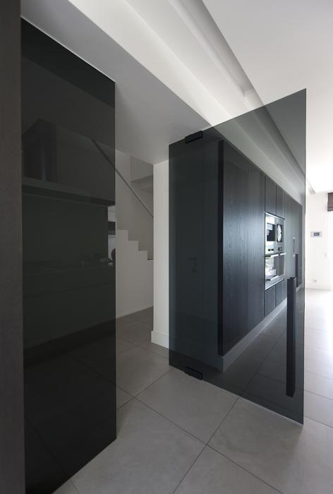 Glazen deur met vaste wand in parsol grijs getint glas.