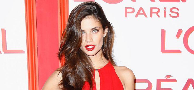 I look delle star che meglio esprimo il fascino latino e sensuale dei capelli scuri: la modella portoghese Sara Sampaio. #haircolor #brunette #brownhair #hairstyle #redlipstick